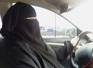 Una donna saudita al volante (Reuters).