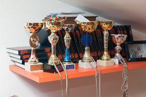 Le coppe vinte da Davide durante le sue attività sportive (Cosmo Laera).