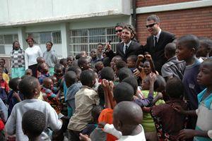 """Il Trio Medusa all'epoca del primo viaggio in Zimbabwe, quando ancora lavoravano come """"iene"""" al programma Mediaset, nel 2003 (Foto: Cesvi)"""