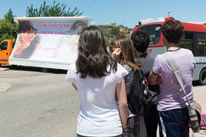 Alcuni ragazzi di Corigliano Calabro davanti a un poster in ricordo di Fabiana.