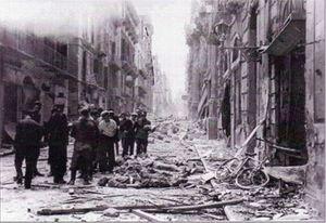 Il vicolo Sant'Orsola, a Palermo, con le macerie e le vittime della strage.
