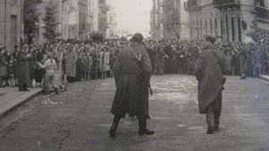 """In una foto dell'epoca, la dimostrazione dei palermitani poi soffocata nella """"Strage del pane""""."""