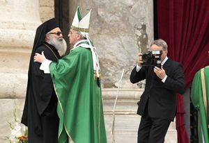 Roma, Vaticano, 29 settembre 2013. Papa Francesco abbraccia Youhanna X, Patriarca greco ortodosso. Foto Reuters/Tony Gentile.
