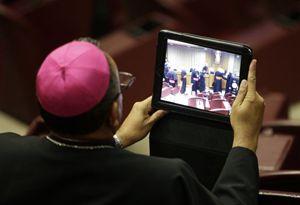 Un vescovo al Sinodo sulla famiglia. Foto Ansa.