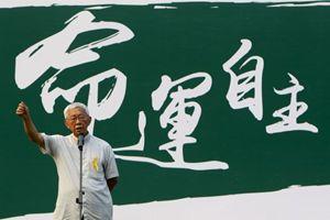 Il cardinale Joseph Zen durante le proteste a Hong Kong (Reuters).
