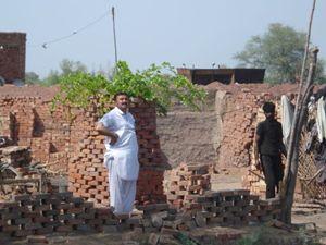 Un'immagine di una fornace per mattoni in Pakistan.