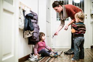 """Alice in casa con la figlia e un'altra bimba alla quale fa da """"tagesmutter"""" (foto Bevilacqua)"""