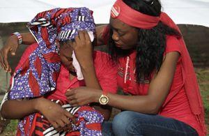 Il pianto di una delle ragazze rapite e poi liberate dai miliziani di Boko Haram (Reuters).