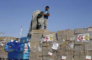 Un carico di medicine fermo al valico di Kerem Shalom, tra l'Egitto e la Striscia di Gaza (Reuters).