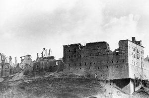 Oltre 1.200 tonnellate di bombe, ma i muri perimetrali dell'abbazia hanno resistito.
