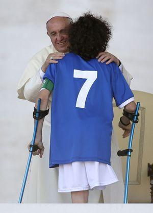 Bergoglio con il capitano della Nazionale amputati Francesco Messori