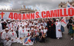 Un gruppo di Camilliani in piazza San Pietro, domenica 13 luglio 2014.