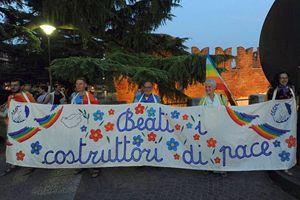 """Beati i costruttori di pace danno l'avvio a """"Pace in bici"""". In copertina: i ciclisti lungo il percorso. In testa al gruppo: don Albino Bizzotto."""