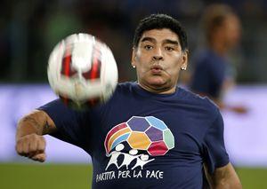 Il palleggio di Maradona sul prato dell'Olimpico (Reuters)