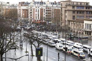 Il supermerato kosher sotto assedio dalla polizia francese (foto Lara Pusceddu).