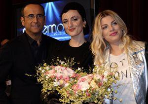 Carlo Conti con le due vallette Arisa ed Emma