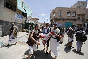 Yemen, il soccorso ai feriti dopo un bombardamento.