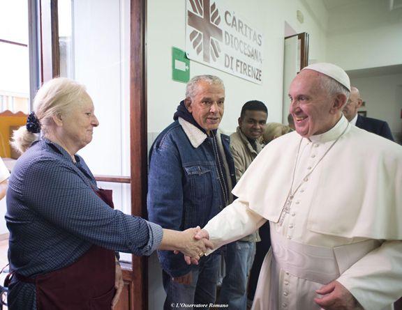 Selfie e semplicit il papa alla mensa dei poveri di firenze poi bagno di folla allo stadio - Amico bagno firenze ...