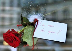 Un biglietto di cordoglio sul luogo della strage, a Parigi (Reuters).