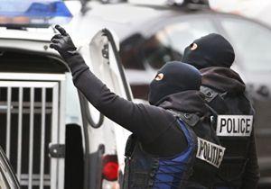 Un raid della polizia belga nel quartiere Molenbek di Bruxelles (Reuters).