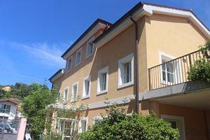 La struttura dove è nata la Recovery House a Trieste. In copertina: un momento di incontro fra ospiti e operatori.