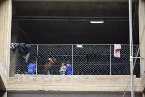 Piccoli profughi iracheni costretti a vivere in un centro commerciale in costruzione a Erbil (foto F. Scaglione).