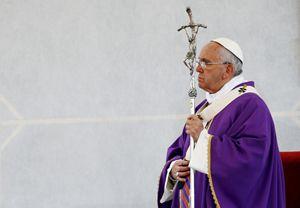 Il Papa durante l'omelia in Piazza del Plebiscito (Reuters).