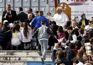 Papa Francesco circondato dai bambini di Scampia (Reuters).