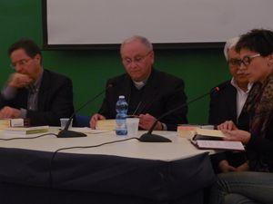 Al centro, mons. Vito Angiuli e Renato Brucoli durante una presentazione del volume