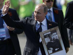 Vladimir Putin durante la parata per i settant'anni della vittoria sul nazismo (Reuters).