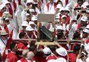 Romero è beato, festa a San Salvador. Il Papa: «Seppe ascoltare la sofferenza del suo popolo»