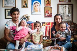 Una famiglia rom accolta da don Doriano