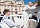 Papa Francesco all'udienza dà un passaggio in papamobile a due bambini