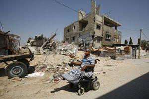 Gaza, un uomo ferito durante la guerra in mezzo alle rovine (Reuters).