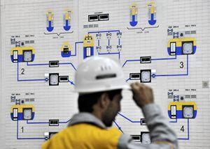 Un tecnico nella centrale nucleare iraniana di Bushehr (Reuters).