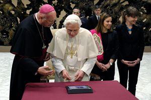Papa Benedetto XVI posta il primo tweet il 12 dicembre 2012. Foto Reuters.
