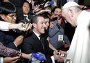 Ecuador, il Papa scherza con i fedeli: «Vi do la benedizione, non mi dovete niente...»