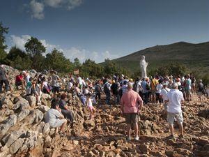Pellegrini in cima al Podbrdo, il colle tutto speroni rocciosi delle prime apparizioni (foto Ugo Zamborlini)