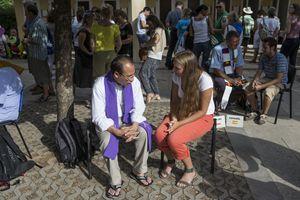 Alcuni giovani si confessano ai lati della chiesa di San Giacomo (foto Ugo Zamborlini)