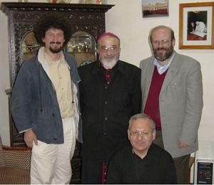 La foto, scattata nel 2002, ritrae don Renato Sacco (a destra) insieme a don Fabio Corazzina, monsignor Paulos Faraj Rahho (vescovo di Mosul, poi rapito e ucciso) e, in basso, l'attuale patriarca Louis Sako.