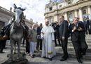 Il Papa posa accanto alla statua del prete gaucho canonizzato domenica