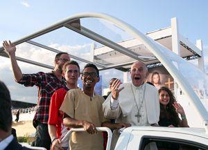 Papa Francesco con alcuni giovani. Le fotografie che corredano quest'articolo sono dell'agenzia Reuters.