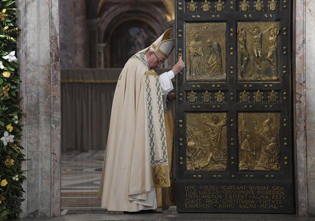 Mons. Fisichella: oltre 21 milioni pellegrini a Roma per Giubileo