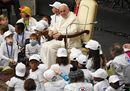 Abbracci e carezze, il Papa tra i piccoli pazienti dell'ospedale Bambino Gesù
