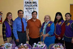 Padre Alfredo Camarena (al centro, con la maglietta arancione).