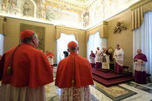 Qui sopra, in alto e in copertina: alcuni momenti del Concistoro dell'11 febbraio 2013 in cui Joseph Ratzinger annunciò la sua intenzione di rinunciare al ministero petrino. Foto Ansa.