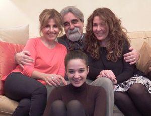 Il maestro Peppe Vessicchio con la moglie Enrica (a sinistra), la figlia Alessia (a destra) e la nipote Teresa (foto Gloria Fegiz)