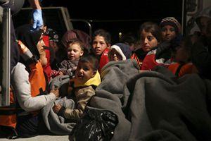 Grecia, l'infinito calvario di profughi e migranti. Un'operazione di salvataggio al largo dell'isola di Lesbo. Foto Reuters,