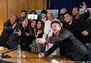 Il selfie del Papa con i giovani youtubers. «Mai pensato di lasciare»