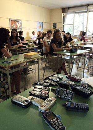 Telefonini requisiti in classe durante una prova di maturità di qualche anno fa (foto Ansa).